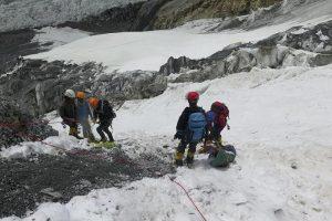 el-grupo-de-cuatro-sherpas-y-patxi-descienden-a-shumiyo