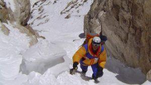 Cadiach al K2 pel couloir encaixonat aL peu de la Torre Casarotto, a 8.100 m.-Expedició Magic Line 2004