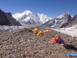 Camp base del Broad Peak,amb el Chogolisa al fons