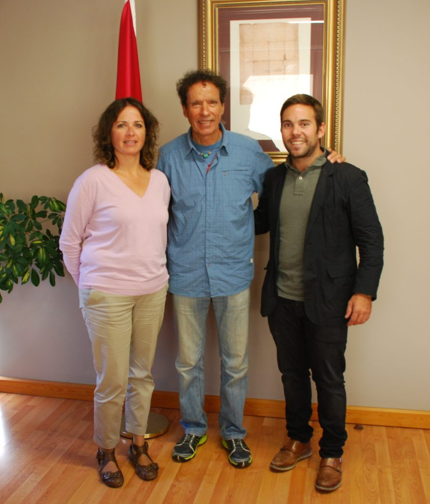 Òscar Cadiach amb el vicesindic d'Aran, Luis Carlos Medina, i amb la conselhèra de Turisme i Desenvolupament Econòmic d'Aran, Anna Díaz.