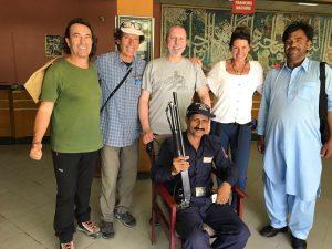 Cadiach i la resta de l'equip, a la seva arribada a Islamabad, amb l'oficial d'enllaç