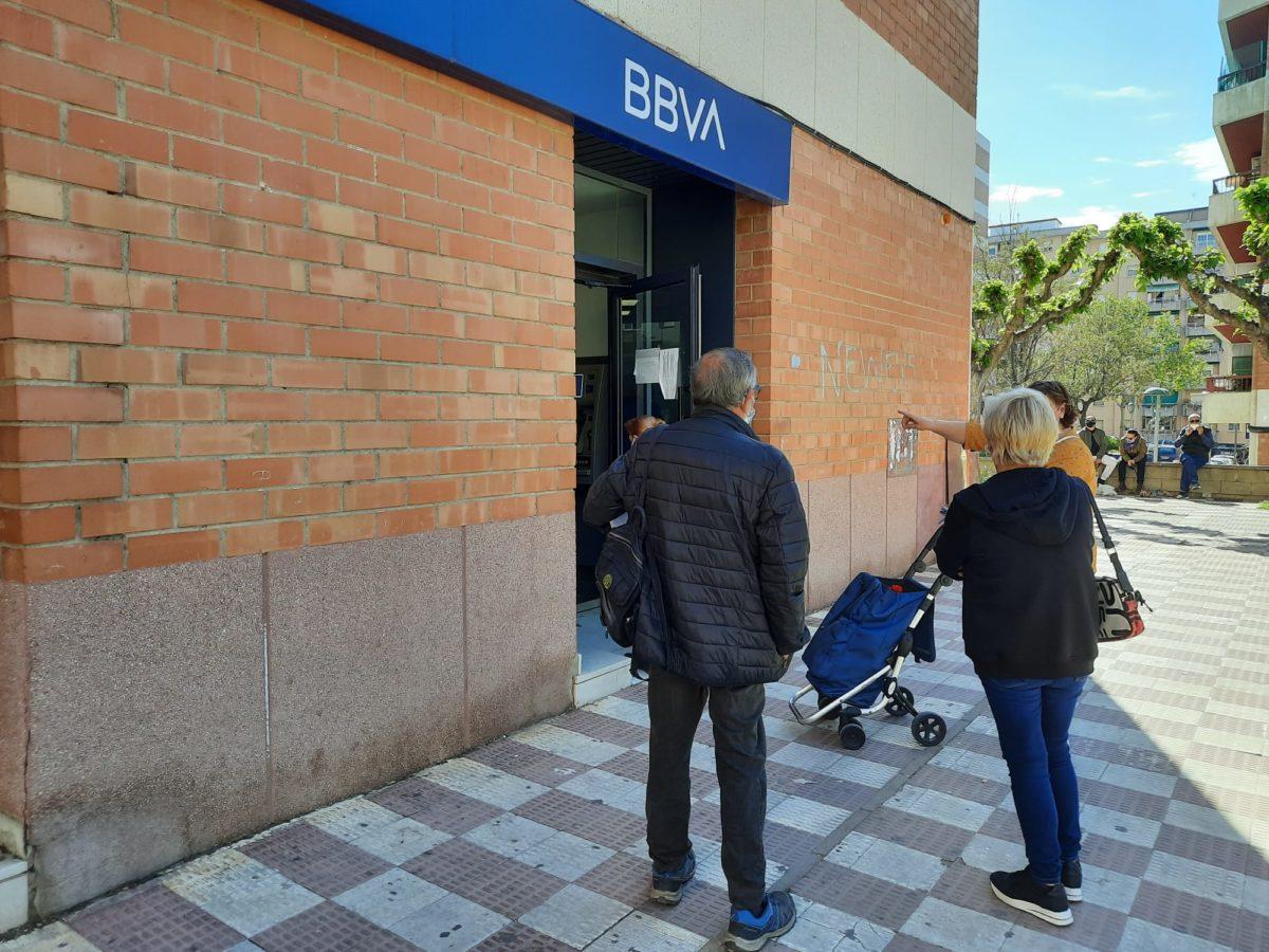 gent esperant a un caixer automàtic de Sant Pere i Sant Pau