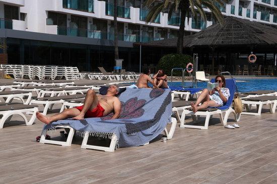 Pla obert d'uns clients prenent el sol en un dels hotels de la Costa Daurada. Foto: ACN.