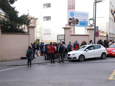 Alumnes sortint de l'escola Carmelites de Tarragona.
