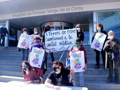 Pla general de membres de l'Assemblea Vaga Feminista de les Terres de l'Ebre mostrant cartells de la campanya per l'avortament quirúrgic voluntari a les Terres de 'lEbre
