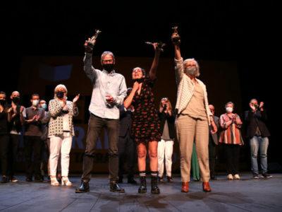 Pla general dels tres guanyadors del 31è Premis Literaris Ciutat de Tarragona, Marc Quintana Llevot, Laia Malo; i Montserrat Morera Escarré, aixecant el guardó al final de la gala lliurement dels premis. Imatge del 29 de maig del 2021 (Horitzontal).