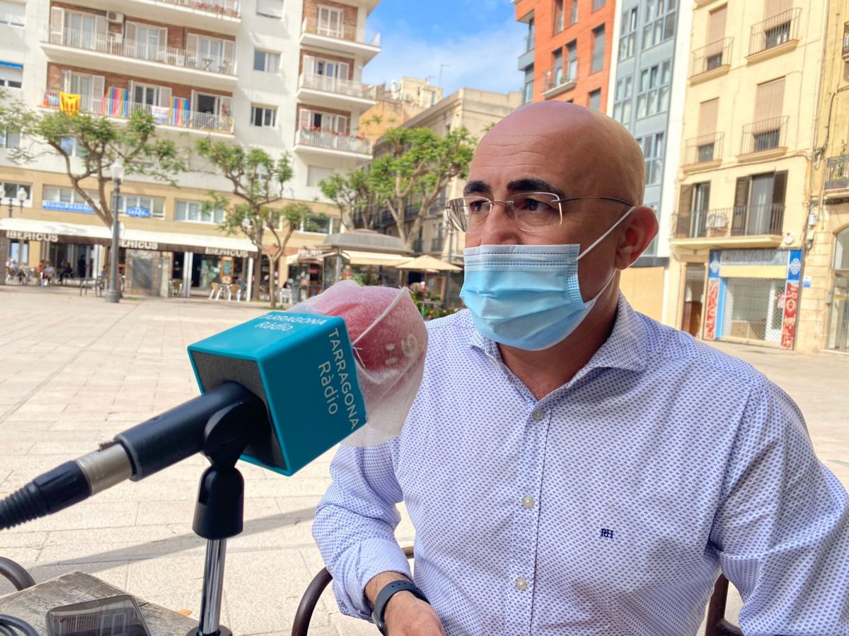 Òscar Peris durant l'entrevista amb Tarragona Ràdio a la plaça Verdaguer.