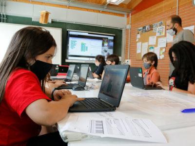 Alumnes fent classe amb la mascareta posada. Foto: ACN.