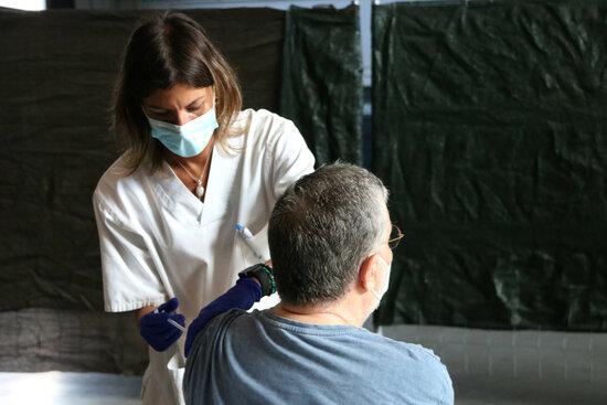 Una persona rebent la vacuna. Foto: ACN.