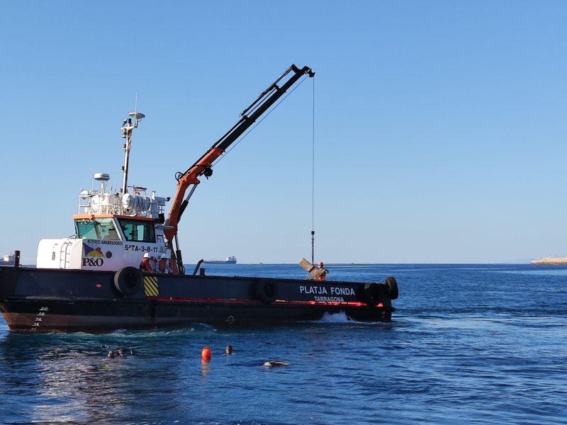 Vaixell col·loca biòtop al mar vista general