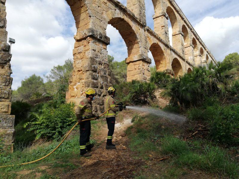 Els Bombers han creat la zona de seguretat al Pont del Diable.