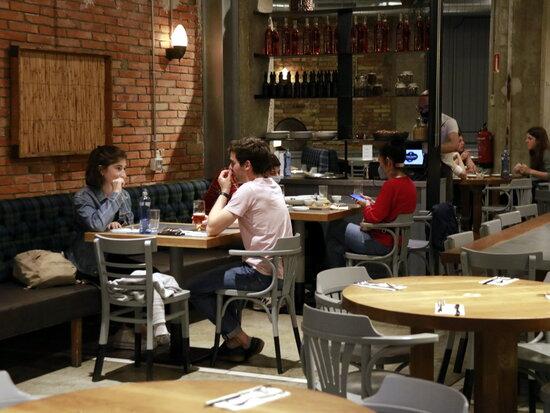 Diverses taules amb comensals a l'interior d'un restaurant. Foto: ACN.