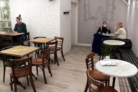 Imatge d'una cafeteria amb marques a les taules per respectar el 30% d'aforament màxim a l'interior. Foto: ACN.