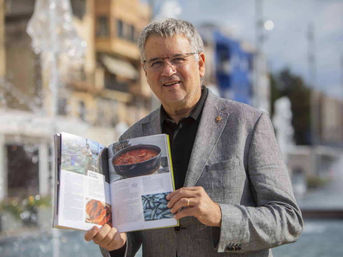 L'alcalde i conseller de Turisme, Pau Ricomà, amb la guia publicada pel Grup de Ciutats Patrimoni. Foto: Manel R. Granell.