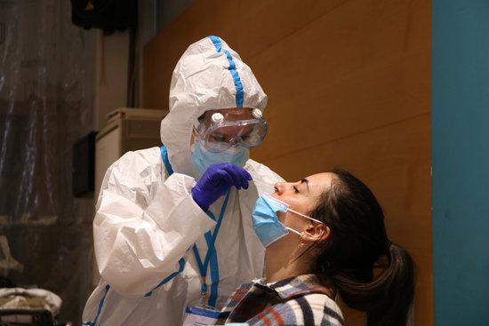 Una ciutadana se sotmet a una prova PCR. Foto: ACN.