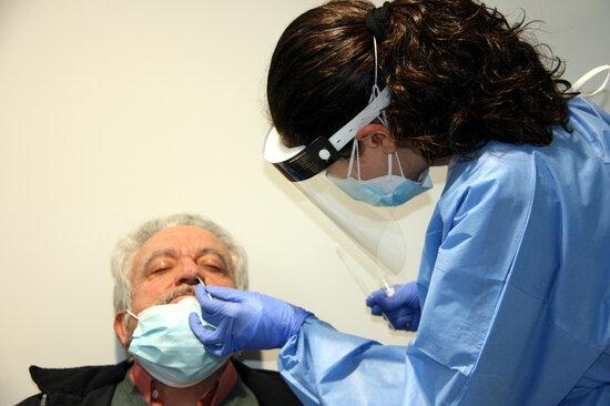 Una sanitària realitzant una PCR a un pacient. Foto: ACN.